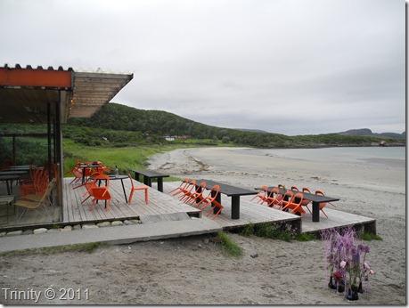 Strandbaren Stokkøya dekorert med lilla rundt