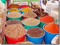 Krydder i fleng, luktene er intense på Mombasas Matmarked