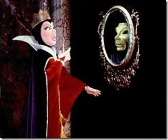 Loven om tiltrekning reflekterer og gir deg tilbake nøyaktig det du fokuserer på. Dronningens store skrekk var at Snøhvit skulle være vakrere enn henne, og hva skjer? JO, Snøhvit blir vakrere enn henne